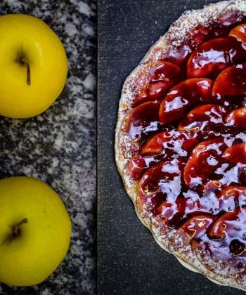 La tarte vigneronne, un gâteau parfait pour un dessert imaginé par la pâtisserie Ayrole à Chinon, accompagnée de ses pommes, à découper en fine tranches et à recouvrir de confiture ou de gelée de vin de Chinon pour respecter la recette officielle sans crème, sucre gélifiant, chocolat ou citron, parmi les nombreuses autres recettes similaires de tarte vigneronne aux pommes, faites avec de la vanille, du sucre en poudre. Gourmandise attitude, à déguster avec du champagne !