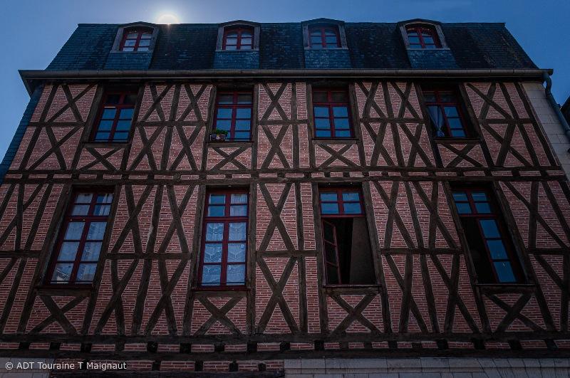 Maison à colombages, dites maison à pans de bois (poteaux). On trouve cet habitat à Tours, à l'instar de la technique à colombage de la région Alsacienne. Outre l'Alsace, on trouve ce type de maison à pan dans les villes du Nord et à Rouen et sa région (la Normandie).