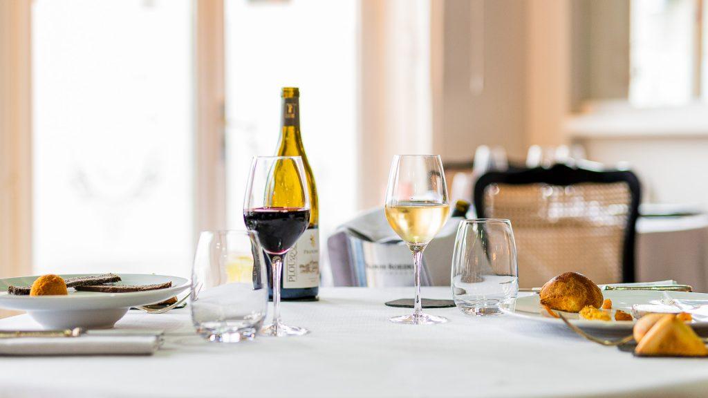 Vin blanc et vin rouge pour accompagner les mets servis à une table d'un restaurant. Mariage des accords mets et vins de Touraine.