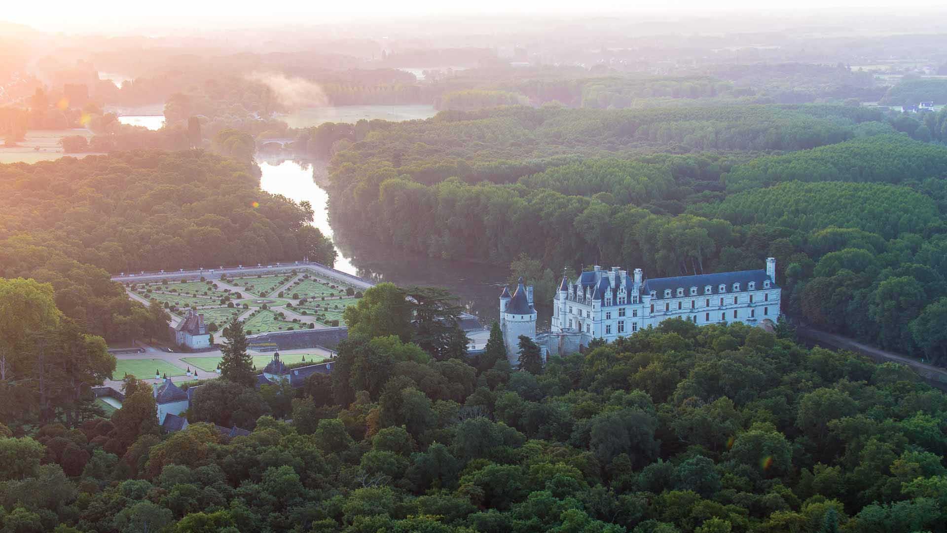 Vue sur la vallée du Cher et sur Chenonceau, le château de Catherine de Médicis - Un emblème du patrimoine français
