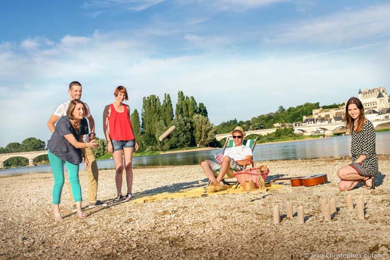Pique-nique et jeu au soleil sur la plage de Nazelles, face à Amboise. Pique-nique en Indre-et-Loire, 37, France.