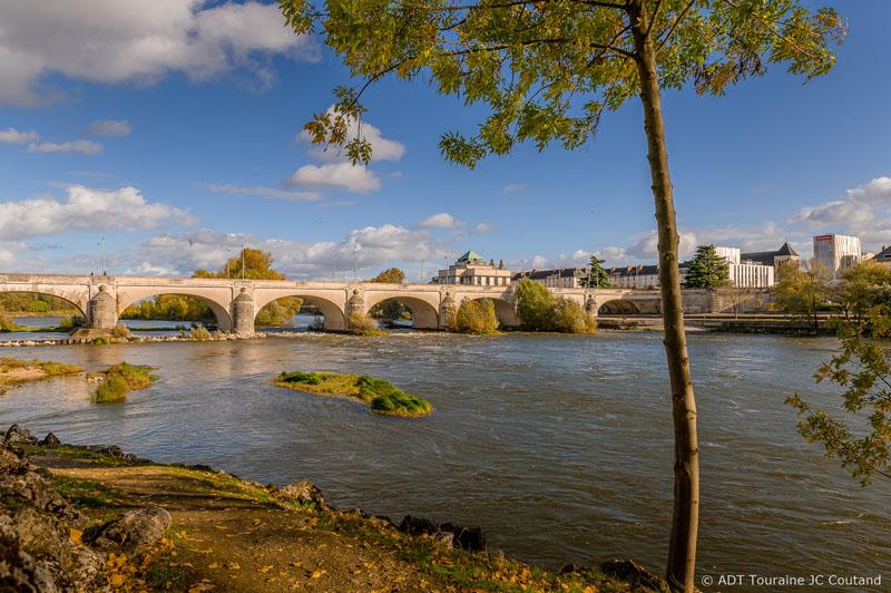 Pique-nique au milieu de la Loire à Tours, sur l'Ile Simon. Pique-nique en Indre-et-Loire, 37, France.