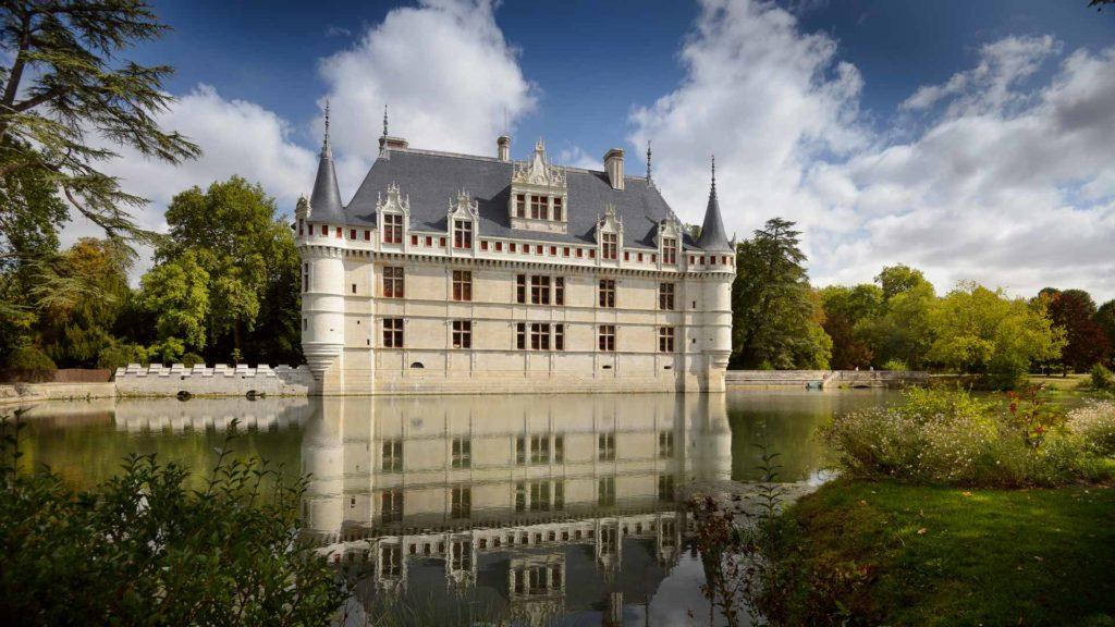 Venez en voyage pour faire des visites de cette région et passer des vacances dans la vallée de la Loire pour un week-end en hôtel pour découvrir l'architecture française du chateau des Dames (visite idéale pour un séjour en hôtel ou des vacances au cœur de la région Centre Loire (Tours, Villandry, Blois, Sully, Orléans, Chambord, Chaumont, Saumur) à 2h de la ville de Paris et de Saumur). Chenonceau et son musée est l'un des plus prestigieux joyaux de l'architecture de la Renaissance française avec Chambord, Cheverny (Loir-et-Cher), Moulinsart, Saumur (Anjou) et de Chaumont-sur-Loire (Loir et cher) - Pour visiter ce monument historique et son parc et jardin en visite libre ou en visite guidée. Chenonceau et son musée de Cires est ouvert pour une visite au public toute l'année aux mêmes horaires que le chateau. Cet édifice avec son musée (Indre-et-Loire) est le monument historique le plus visité de France après Versailles (près de Paris), Chambord, le parc et jardins de Villandry, Saumur (Anjou), Blois (Loir-et-Cher), Cheverny (Loir-et-Cher), Moulinsart (Loir-et-Cher), Chaumont-sur-Loire (Loir-et-Cher), musée Rabelais, le musée des beaux-arts de Tours et le chateau de Sully (Anjou). Le temps est idéal pour faire une balade à vélo pour effectuer une visite libre ou visite guidée château de la Loire de Saumur et de son musée. Partir en vacances ou en séjour hotel dans la vallée de la loir à proximité de Paris est génial pour faire des visites pour visiter et découvrir entre autre l'histoire du musée et du chateau d'azay-le-rideau brûlé au xve siècle lorsque le roi d'Anjou, de séjour à Azay, est provoqué par les troupes bourguignonnes.