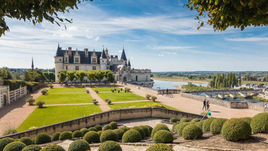 Week-end en amoureux pas cher et romantique en France au château royal d'Amboise, à moins de 2h30 de Paris. De retour à votre hôtel en Indre-et-Loire, pour une nuit ou plusieurs nuits en amoureux, vous profiterez de la piscine.