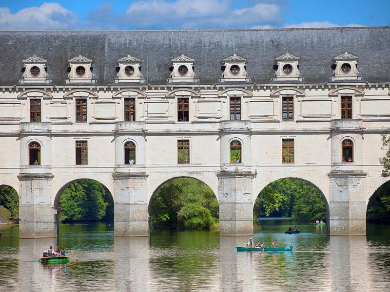 Canoë en Touraine  sous les arches du château de Chenonceau