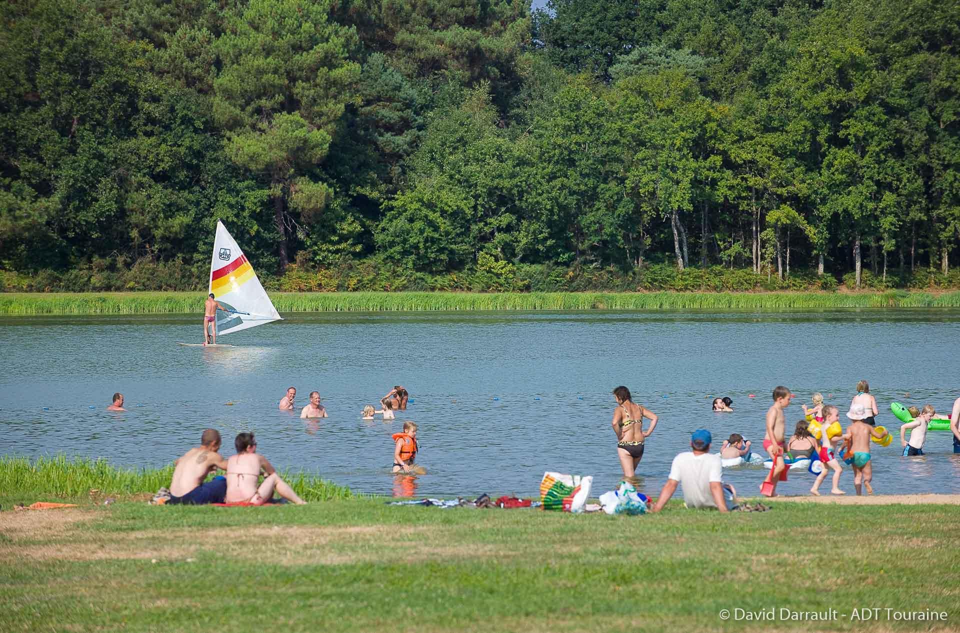 Vacances d'été : baignade au lac de Chemillé-sur-Indrois