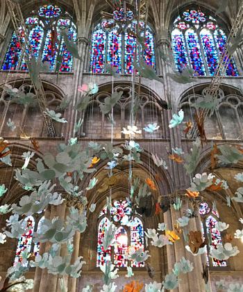Exposition Marcoville : en 2019, le plasticien et artiste français Marcoville a installé ses sculptures en verre au cœur de l'église Saint-Julien de Tours, en France, près du musée des Beaux Arts. C'était la première exposition à Tours de Marcoville, artiste qui découpe le verre et colore sa sculpture.