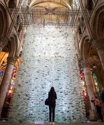 Exposition Marcoville dans l'église Saint-Julien, à Tours. De nombreux visiteurs ont photographié les oeuvres en verre de l'artiste plasticien Marcoville installées dans l'église Saint-Julien, à Tours, loin des musées de Paris.