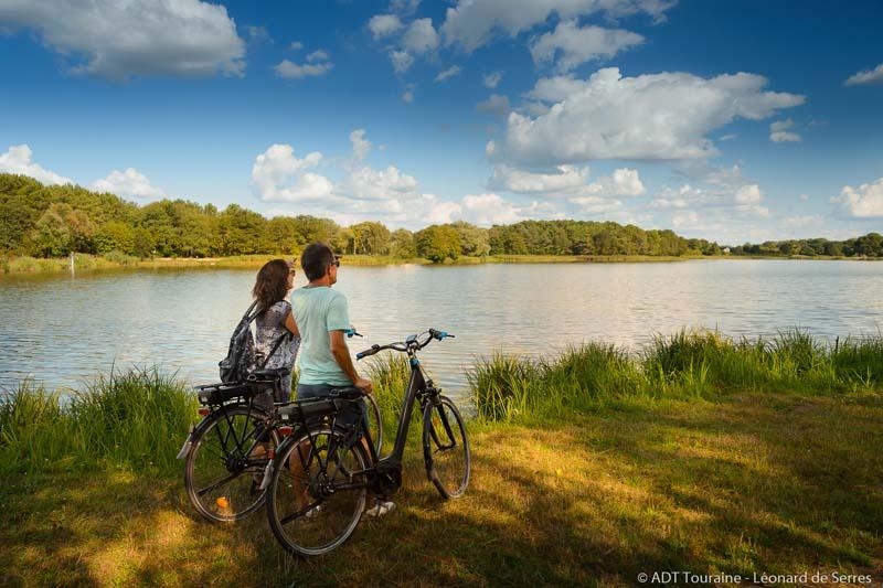 Lac de Rillé, aussi appelé retenue de Pincemaille, à la frontière de l'Anjou et de la Touraine, appelée aussi Maine-et-Loire et Indre-et-Loire. Spot connu pour l'observation des oiseaux notamment migrateurs, le lac de Rillé est aussi devenu un endroit idéal pour les vacances, avec le camping village Huttopia. Une deuxième boucle vélo sillonne la forêt et les champs au sud du lac de Rillé.