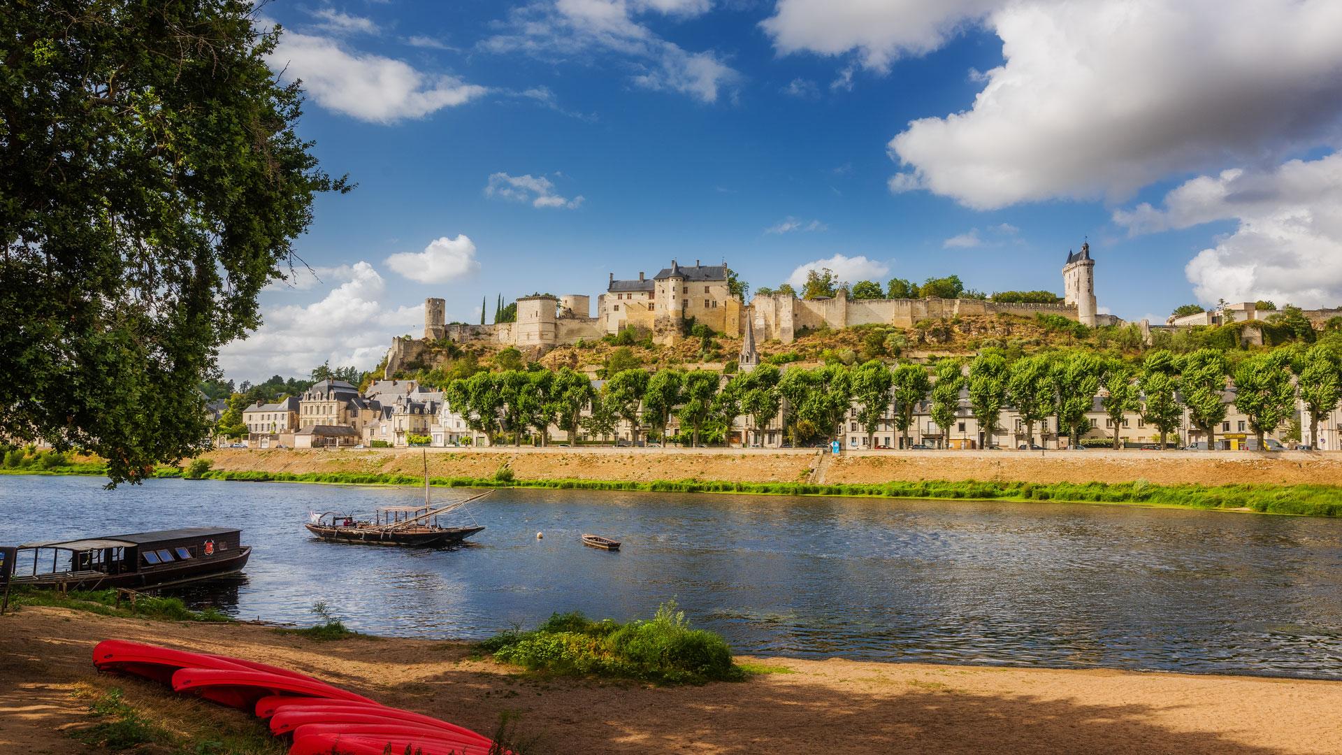 Quel château de la Loire visiter en 2021 ? La forteresse royale de Chinon a accueilli Jeanne d'Arc, venue à la rencontre du roi de France. Depuis un éperon rocheux, le château offre une jolie vue sur le paysage environnant. En 2021, quelques nouveautés seront à découvrir, comme à Chenonceau, Amboise, Ussé, Versailles, Chambord, Cheverny, Fontainebleau, Vincennes...