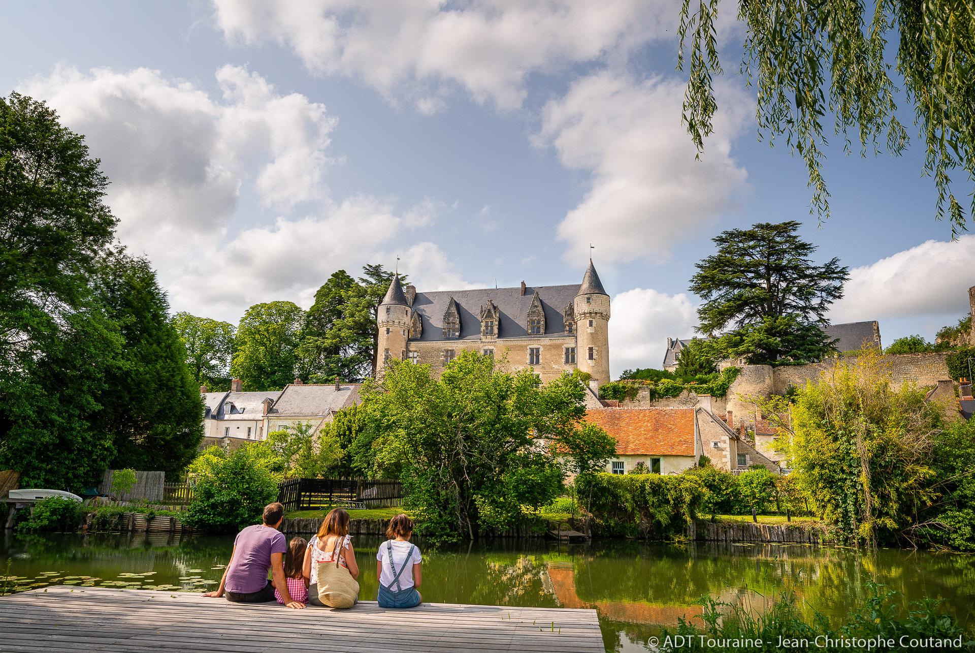 Le village de Montrésor, près de la ville de Loches, France (code postal 37600). Il est traversé par l'Indrois, un affluent de l'Indre.