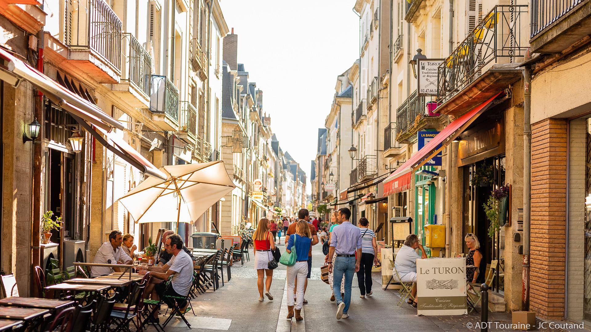 Idée pour un week-end en amoureux en France, par exemple pour la Saint Valentin : escapade romantique en couple dans la ville de Tours, à 2 heures de Paris. Pour la nuit du voyage, optez pour une pension dans un château hôtel doté d'un spa, à Rochecorbon.