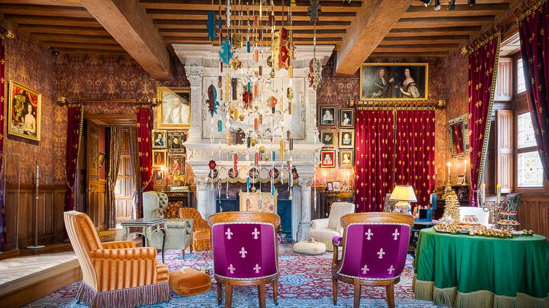 Château d'Azay-le-Rideau, en Indre-et-Loire, Région Centre Val de Loire, France. Noël au pays des châteaux 2021, avec le plein de décorations de Noël, de jolis cadeaux sous le sapin et les yeux des enfants et des adultes qui brillent durant les visites dans ces châteaux, en décembre.