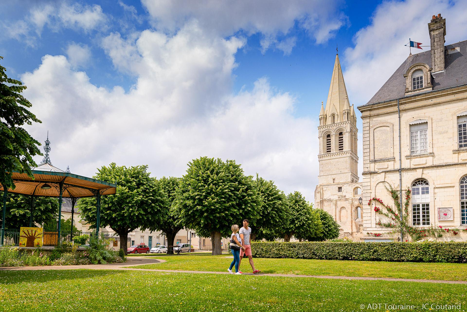 Le clocher de l'église Saint-Pierre-Saint-Paul et la mairie