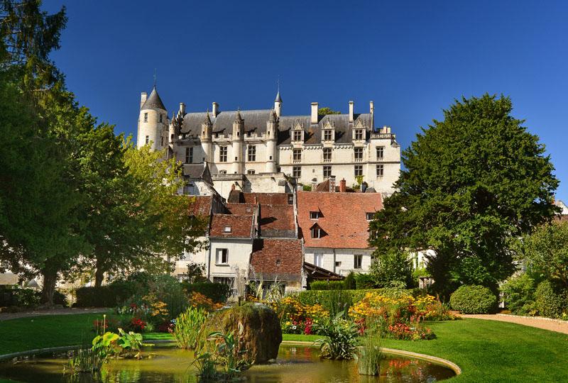 Cité royale de Loches, non loin du village des roses de Chédigny, classé jardin remarquable et récompensé pour son fleurissement par une fleur d'or au classement des villes et villages fleuris.
