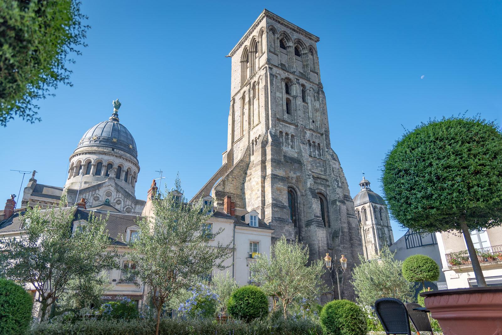 La basilique Saint-Martin et la tour Charlemagne