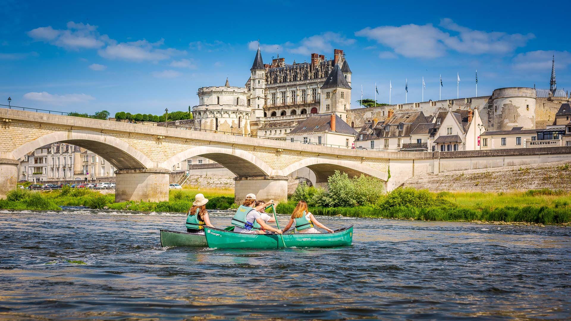 Canoë sur la Loire devant le château royal d'Amboise