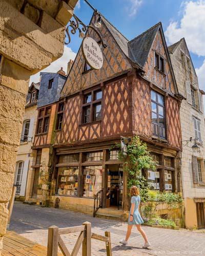 Maison à colombages, dite maison à pans de bois. On trouve aussi cet habitat à Tours, à l'instar de la technique à colombage de la région Alsacienne. Outre l'Alsace, on trouve ce type de maison à pan dans les villes du Nord et à Rouen et sa région (la Normandie).