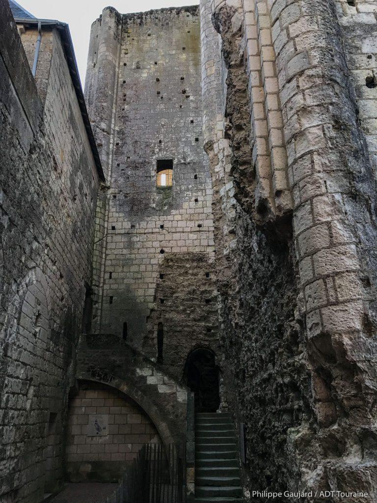 Cité royale de Loches : le donjon de Loches, une tour carrée non loin de l'Indre et de la tour saint Antoine. Il est géré par le département d'Indre et Loire (France). Loches fait partie de la communauté de communes Loches Sud Touraine.