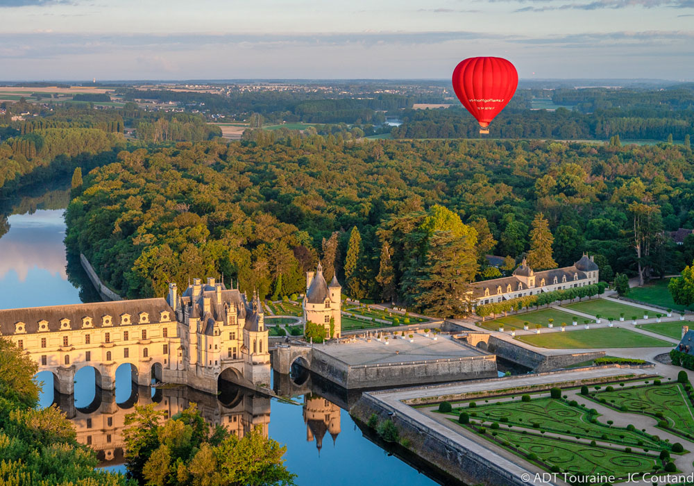 Vol en montgolfière. au dessus des châteaux de la Loire (Région Centre Val de Loire), à 2h30 de Paris, France. Vallée du Cher, au sud de la vallée de la Loire. Une date retenue, et on décolle ! Photo jpg