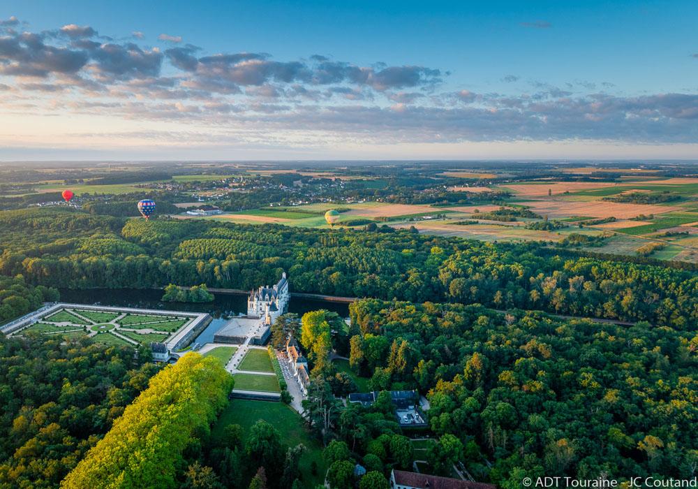 Un beau cadeau : un vol en montgolfière. au dessus des châteaux de la Région Centre Val de Loire, à 2h30 de Paris, France. Vallée du Cher, au sud de la vallée de la Loire. Une date retenue, et on décolle ! Idéal pour faire de belles images. Photo jpg