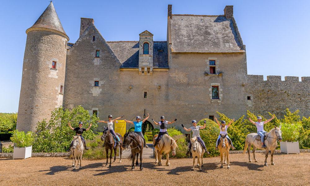 A cheval au pied du château de Fontenay