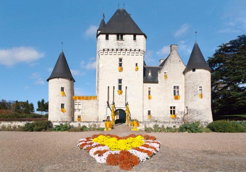 Le château du Rivau décoré de fleurs d'automne