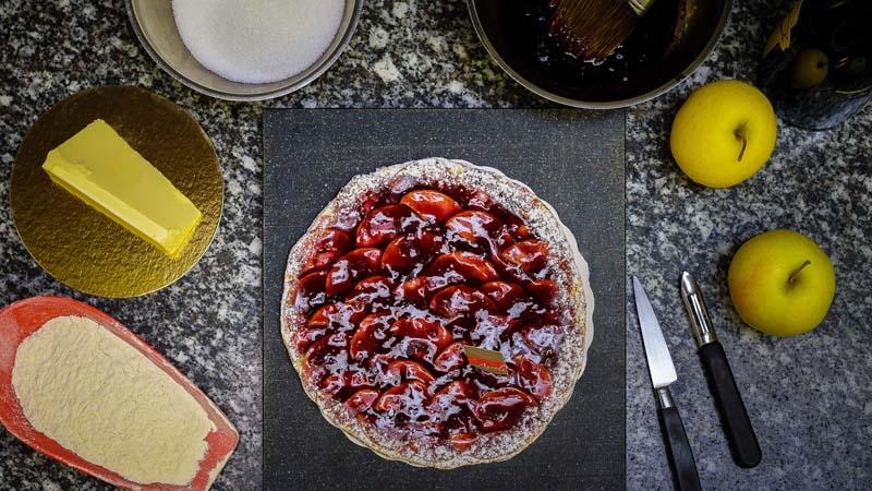 Pour réaliser en cuisine la tarte vigneronne selon la recette de la pâtisserie Ayrole, il vous faudra des pommes, du beurre, de la farine et des oeufs pour la pâte feuilletée, de la confiture de vin de chinon, et du sucre glace pour entouré le rouge des pommes avec du blanc. Gourmandise attitude, avec les vins de Chinon.