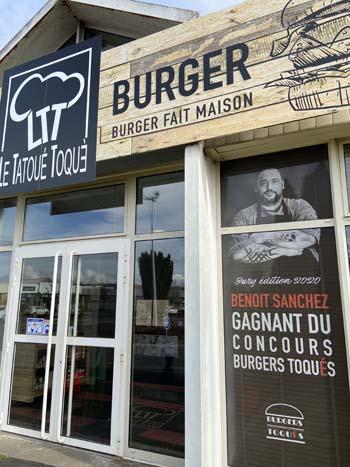 Les burgers Tatoué Toqué, au centre commercial de l'Horloge, au nord de Tours. Tatoué toqué, Benoit Sanchez a remporté de nombreux concours de burgers gastronomiques.