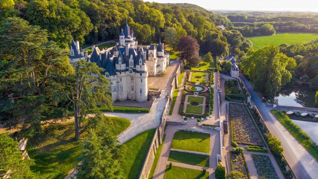 Dans la vallée de l'Indre, le château d'Ussé dresse sa fière silhouette dans le paysage de puis le XVIème siècle, à l'est de la ville de Tours en Indre et Loire et de la ville d'Orléans dans le Loiret, au sud de l'Eure et Loir. En Région Centre Val de Loire, culture, art, jardins, vins et Renaissance sont incarnés par les châteaux de la vallée de la Loire, à l'image des châteaux de Chambord et de Blois, dans le Loir et Cher. Un vrai parcours de santé !