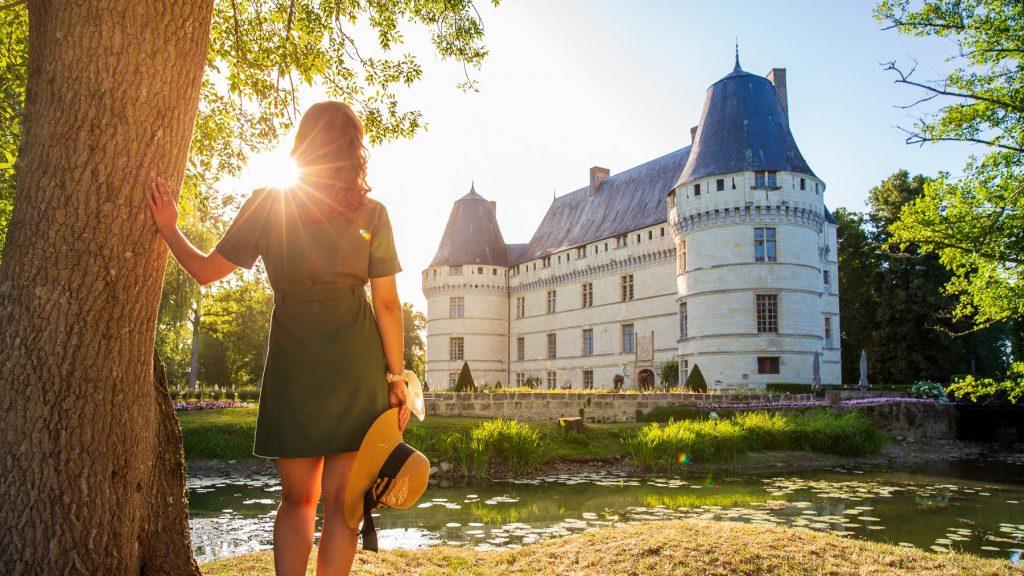 Châteaux de la Loire – Découvrez l'histoire du château de Loire de l'Islette à Azay-le-Rideau en Indre-et-Loire (Région Centre Val de Loire) à 2h de la ville de Paris pour faire un voyage aux chateaux de la Loire, près de Saumur avec le château de Saumur (Maine-et-Loire), de Blois avec le château de Blois (Loir-et-Cher) et de Chambord avec le château de la Loire de Chambord. C'est dans le château de la Loire de l'Islette qu'Auguste Rodin et Camille Claudel se retrouvaient. Vous pouvez aller à la découverte ce château, son musée ainsi que son jardin toute l'année afin d'admirer son beau patrimoine ainsi que son art. Votre liste de voyage doit comporter le château à Chambord après avoir faire un voyage ou un séjour dans la ville d'Amboise pour voir le château d'Amboise et le domaine du Clos Lucé (château où Léonard de Vinci a fait un séjour de plusieurs week-end) en région Centre. Après avoir visiter la ville de Tours et la ville d'Orléans, profitez lorsque vous êtes dans région Centre Val de Loire pour aller à la découverte du château de Chambord et le château de Cheverny qui se trouve dans le département du Loir et Cher, vous ne serez pas déçu du voyage et il doit faire partie de votre liste de voyage car c'est une belle découverte parmi tous les chateaux de la ville de Blois, d'Amboise, Chenonceau, Chambord, Orléans, Tours et Saumur. Prenez le train à partir de la ville de Paris, vous pourrez vous arrêter dans la ville de Blois et dans la ville d'Orléans pour faire un séjour dans les chateaux de la Loire allant à la découverte de leurs jardins, de leur beau patrimoine et de leur art au seizième siècle afin de compléter votre check liste de voyage à faire en un week-end. Partez le temps d'un week-end en famille à la découverte du château d'Azay-le-Rideau (indre-et-loire), ces visites idéales pour un séjour dans la région entre amis peut être effectuée après les visites de la ville d'Orléans, du château royal d'Amboise, le château de Blois, celui de Saumur sans oubli
