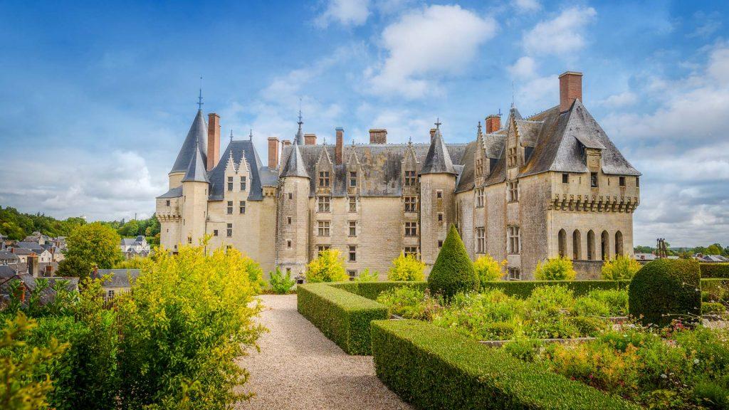 Partez à la découverte de la résidence royale du roi François ier – roi Louis XIV (Xvie siècle) y enfermera lors de son séjour Nicolas Fouquet et les ducs de Lauzun, Antonin Nompar de Caumont. Le chateau d'Amboise et ses jardins surplombe avec sa tour la vallée du roi François, les bords de Loire de cette ville. La salle du chateau est meublée à la fois de style gothique : un dressoir (appelé aussi crédence ou buffet), un coffre, deux chaires, une chaire, des tables « à l'italienne » disposant d'allonges, un grand coffre en noyer sculpté et anciennement doré. Les murs sont décorés de tapisseries d'Aubusson du xviie siècle d'après des cartons de Le Brun. Sur l'architecture du bâti de la tour, l'embrasure de la fenêtre décorée de bâtons de pèlerins, de bourses pleines de pièces de monnaie et d'une besace, rappelle que cette ville était une étape des pèlerins qui se rendaient à Saint-Martin-de-Tours avant de poursuivre leur chemin jusqu'à Saint-Jacques-de-Compostelle. Ce monument et ses jardins est situé à 25 kilomètres de la ville de Tours (Indre-et-Loire) entre Saumur (Maine-et-Loire) et Blois (Loir-et-Cher) au cœur de la France. Cette architecture de la Loire est idéale pour un séjour en vélo dans la vallée du roi François, qu'elle soit en visite libre ou en visite guidée pour un week-end en hôtel ou des vacances au cœur du de la région Centre-Val de Loire (Tours, Blois, Sully, Orléans, Chambord, Cheverny, Chaumont, Saumur) à 2h de la ville de Paris et de Saumur (France). Venez en vacances faire un séjour en hôtel à proximité de Tours (Indre-et-Loire) au cœur de la France et de son musée. Prenez votre vélo pour faire des visites de cette pour visiter le château de la Loire de Saumur et son musée.