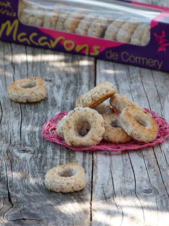 Les macarons de Cormery, vendus à la boulangerie Aux vrais Macarons de Cormery, près de l'Abbaye Saint-Paul et du canal des moines.