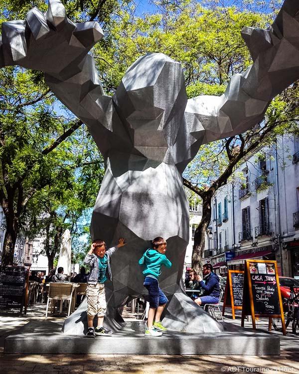 Le Monstre, de Xavier Veilhan - Place du grand marché, à Tours.