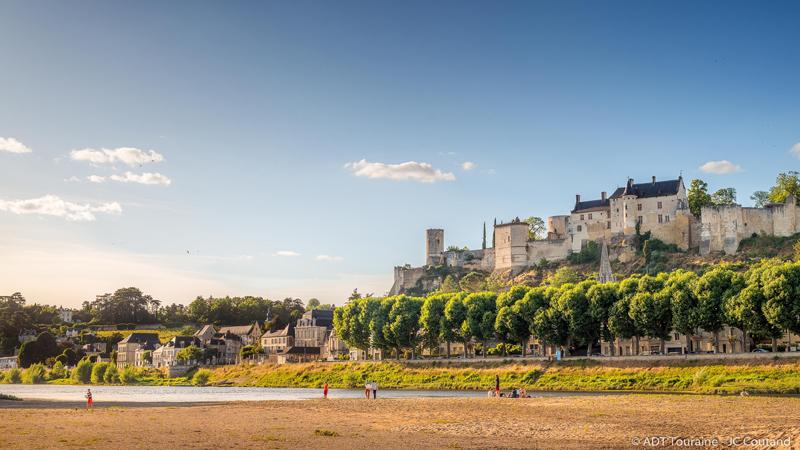 La forteresse royale de Chinon, qui a vu passer Jeanne d'Arc, à la rencontre de Charles VII.