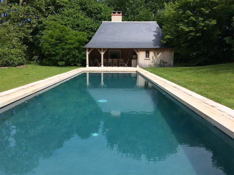La piscine adossée aux gîtes