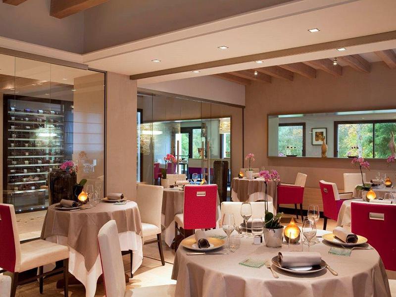 Durant le week-end, le restaurant L'Aubinière vous accueillera entre 2 parcours sur le golf du Fleuray Amboise, à Saint-Ouen-les-Vignes, France.