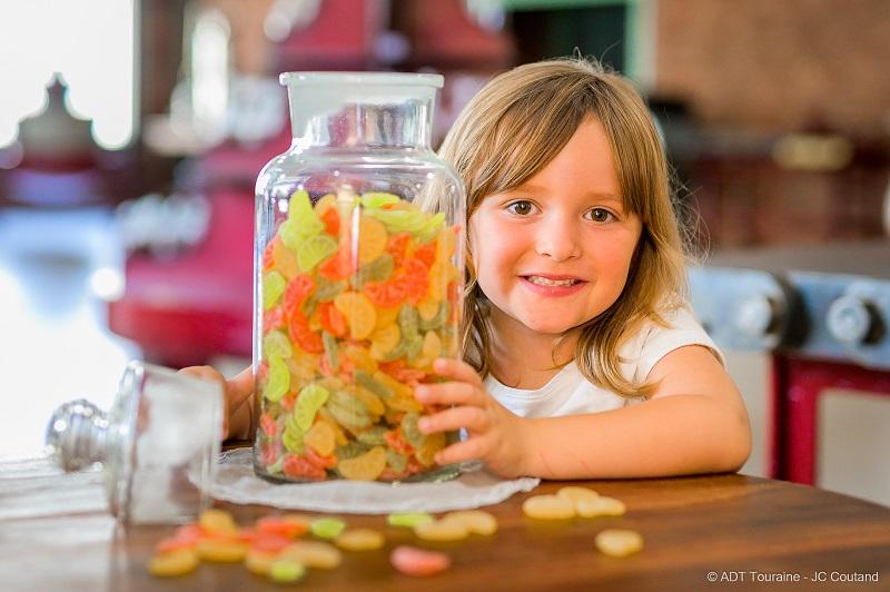 Le conservatoire de la confiserie, à Amboise. La visite préférée des enfants avec des bonbons, dragées en chocolat et autres plaisirs sucrés signés Nicolas Viollet et son équipe de confiseurs. Le sucre à l'honneur à Amboise, en France.
