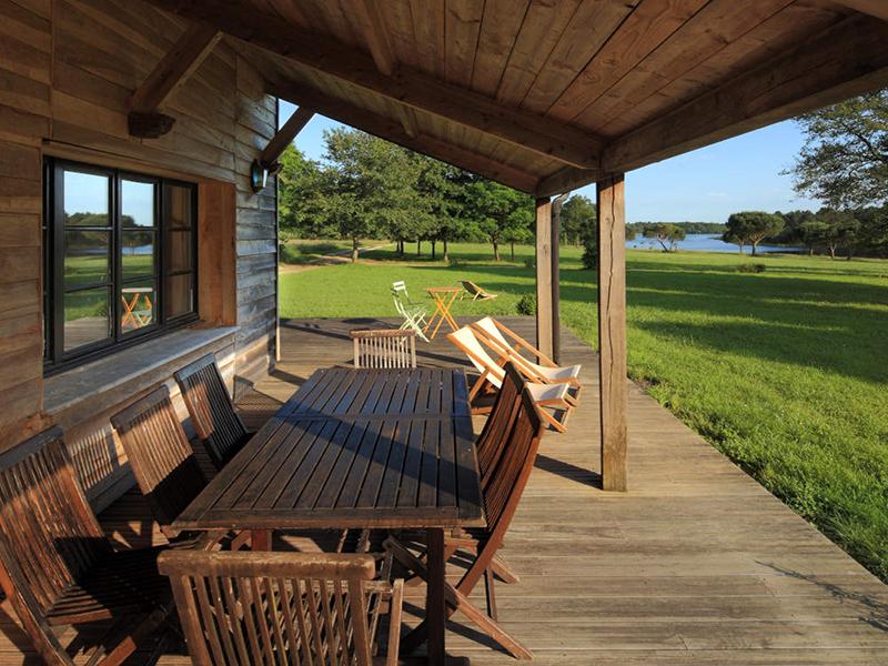 Terrasse avec vue sur un étang