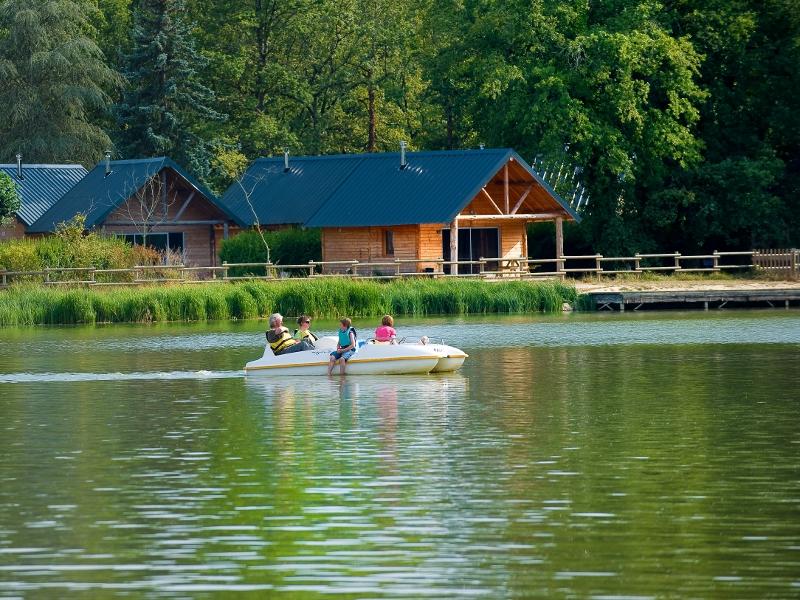 Le Village Huttopia, au bord du lac de Rillé.